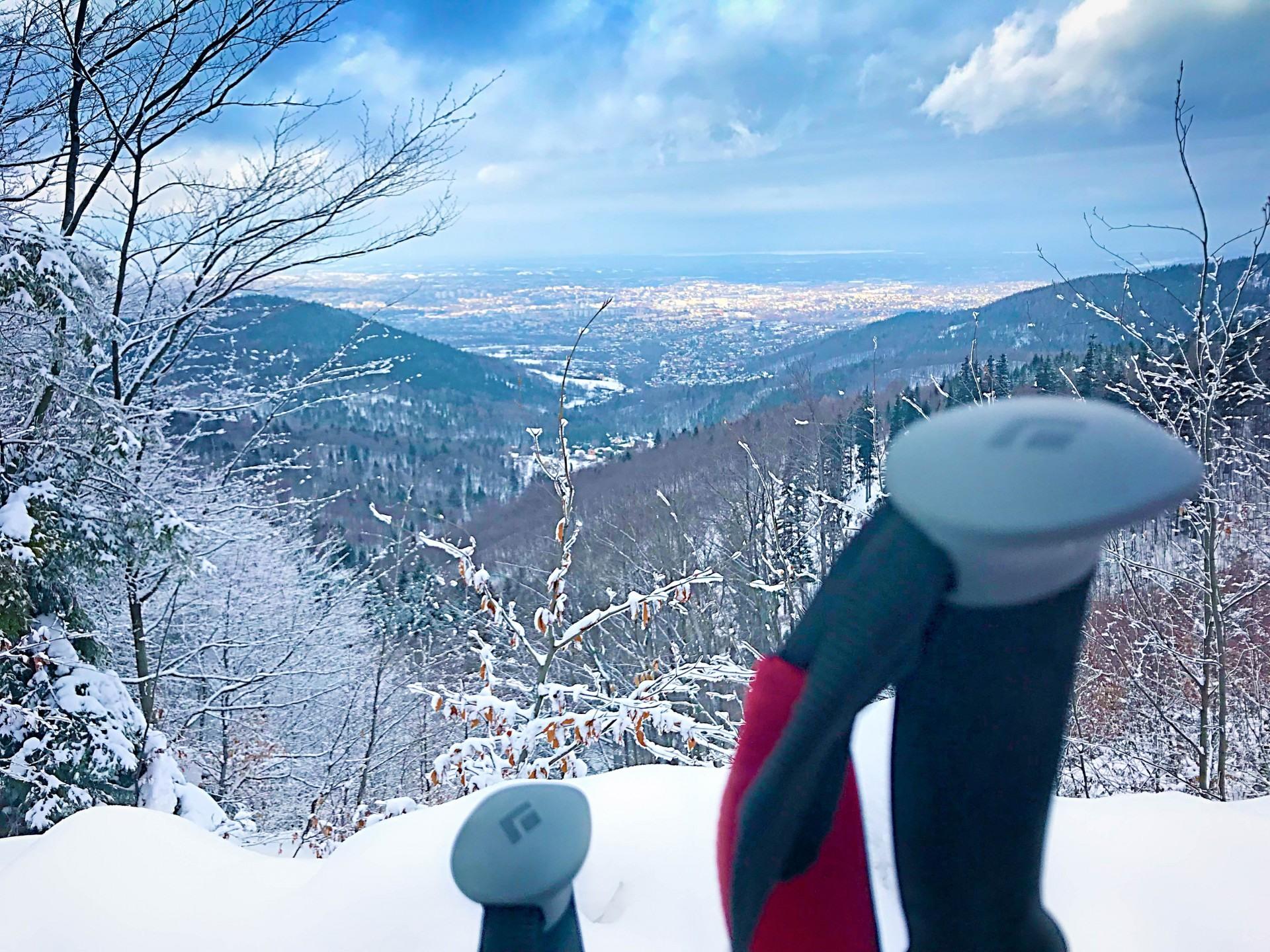 Magurka, widok ze szlaku turystycznego w pobliżu noclegów nad Jeziorem Żywieckim, domki Rozmaryn