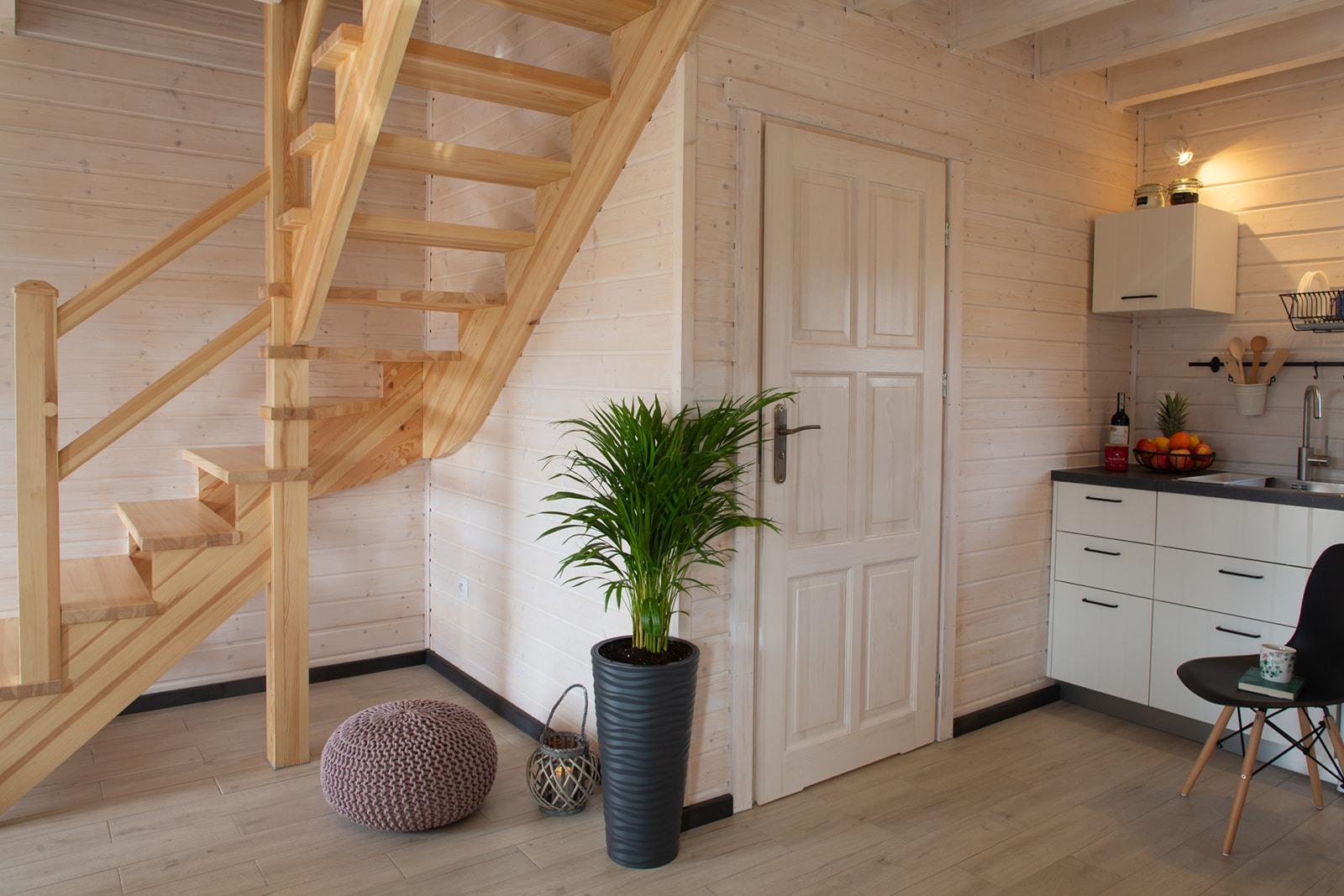 Domki nad Jeziorem Żywieckim, wnętrze, schody na piętro, część kuchenna
