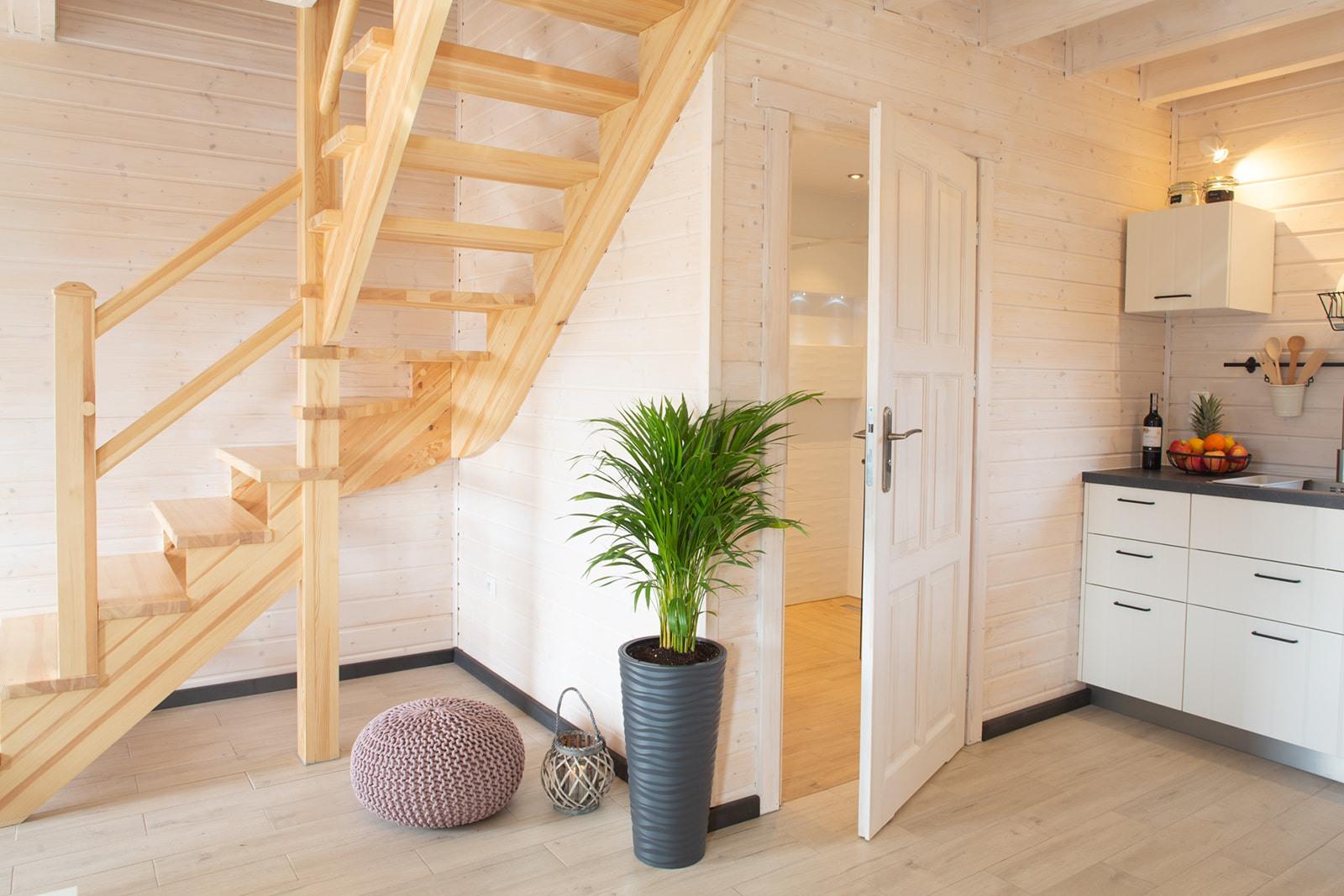 jezioro żywieckie noclegi, widok z jadalni, schody na piętro, wejście do łazienki, aneks kuchenny