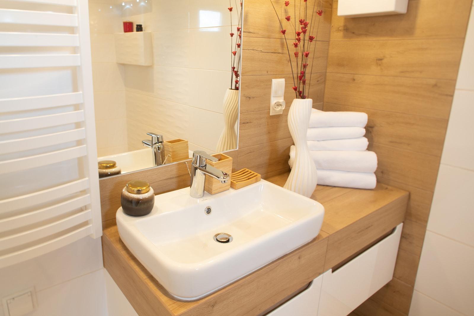 Domki nad Jeziorem Żywieckim, wnętrze łazienki, lustro i umywalka