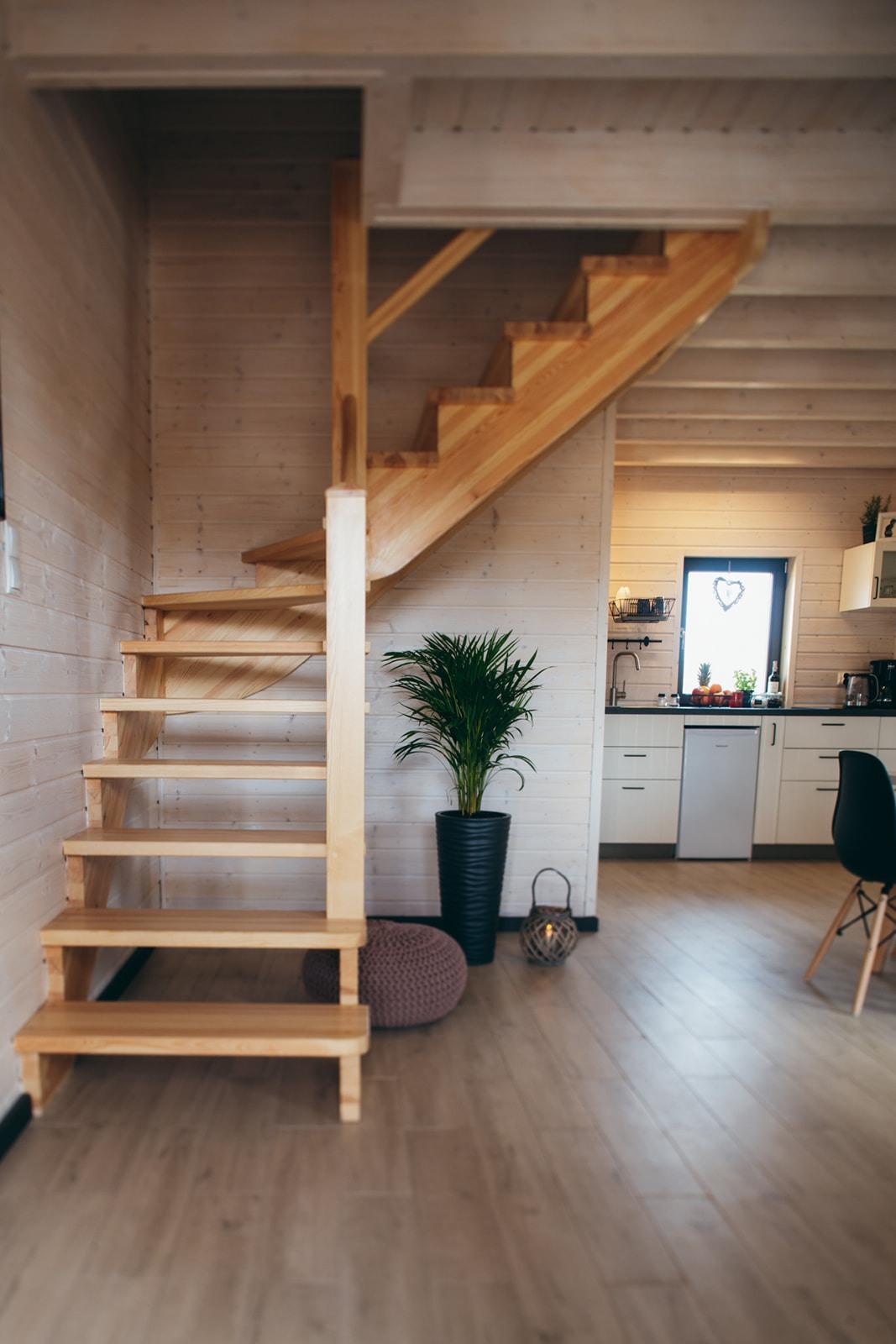Domki nad Jeziorem Żywieckim, wnętrze, widok z wejścia, schody na piętro, jadalnia, aneks kuchenny