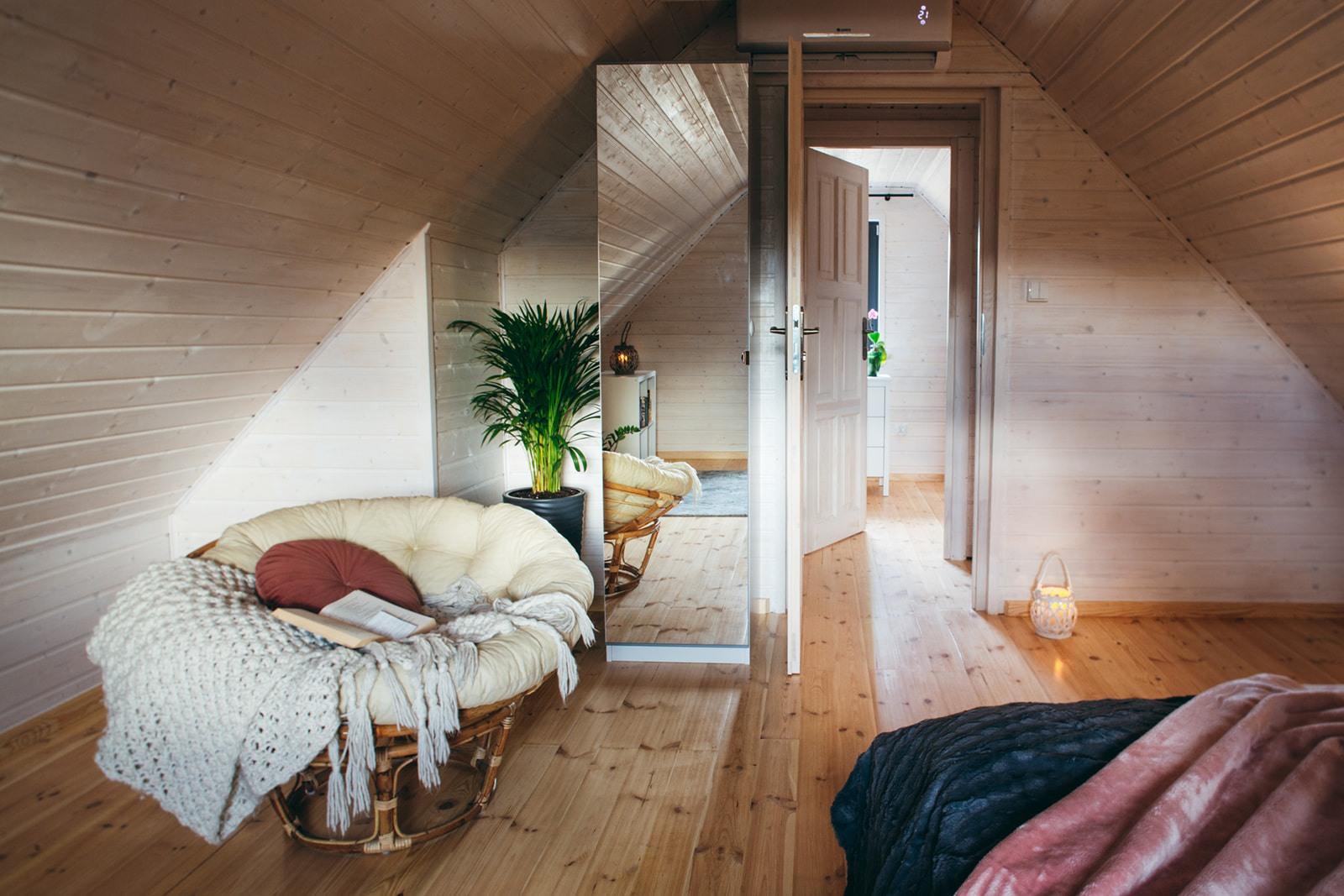 Domki w Beskidach, wnętrze sypialnia duża, widok na wejście