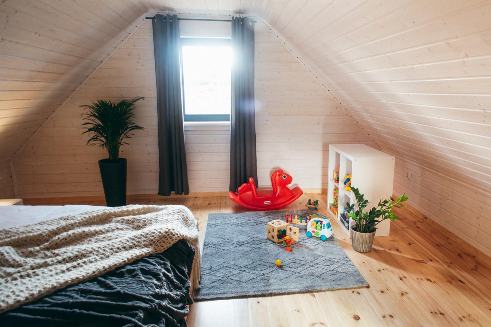 Domki nad Jeziorem Żywieckim, wnętrze, sypialnia duża z przestrzenią dla dzieci