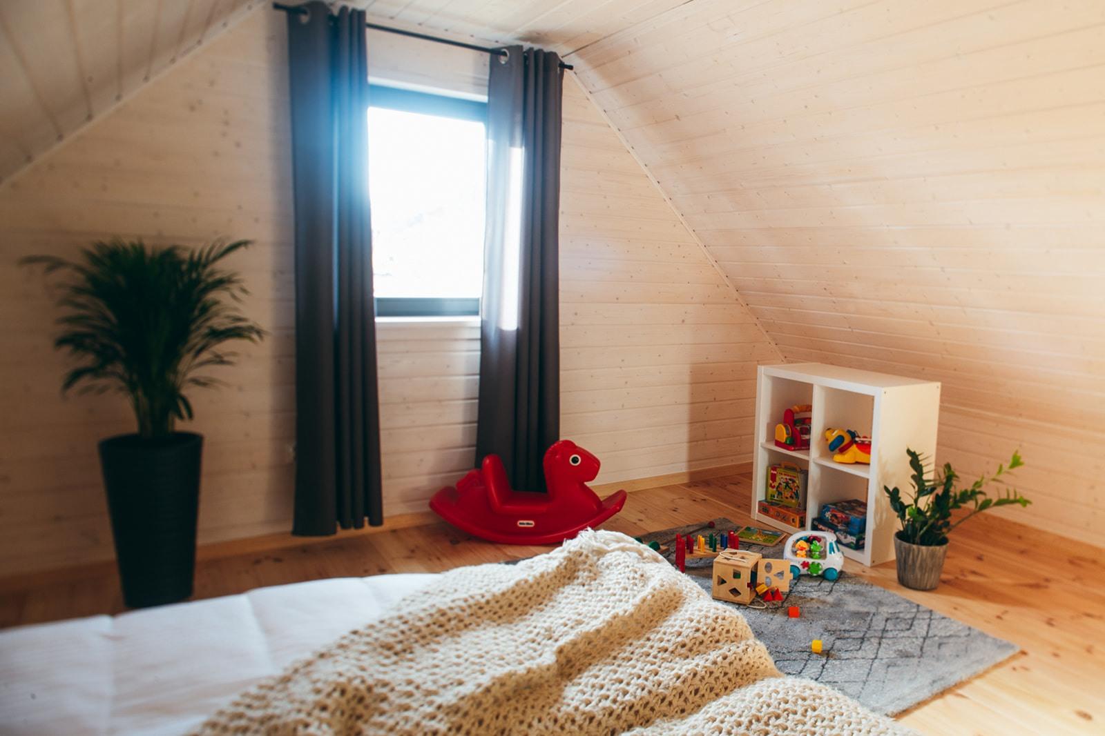 Domki nad Jeziorem Żywieckim, wnętrze sypialnia duża, duża przestrzeń zabawowa