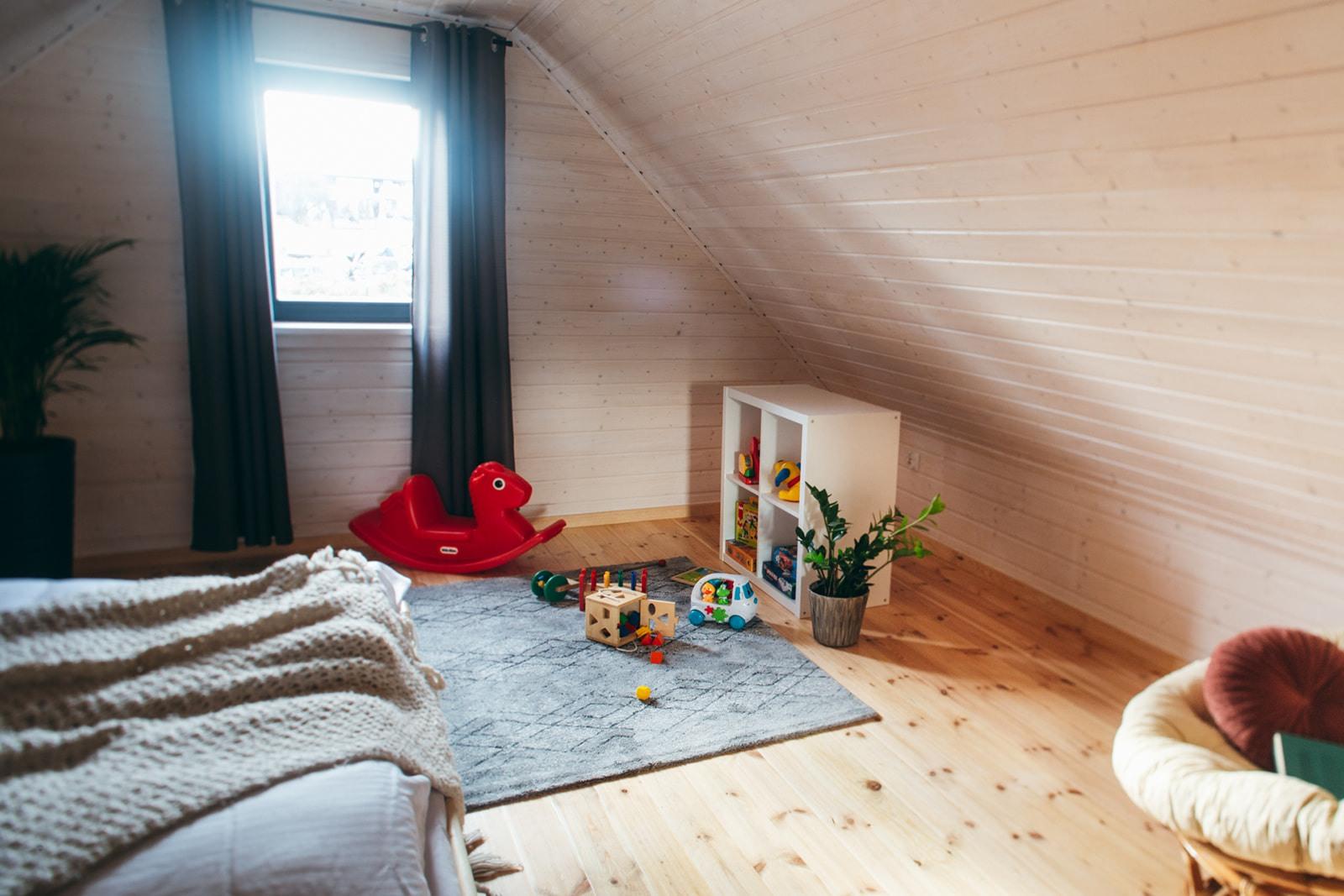 Domki nad Jeziorem Żywieckim, wnętrze sypialnia duża, przestrzeń zabawowa