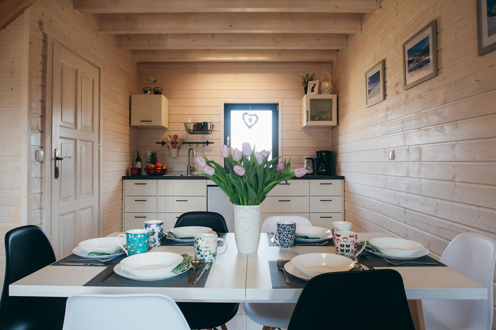 Domki nad Jeziorem Żywieckim, wnętrze, jadalnie i aneks kuchenny