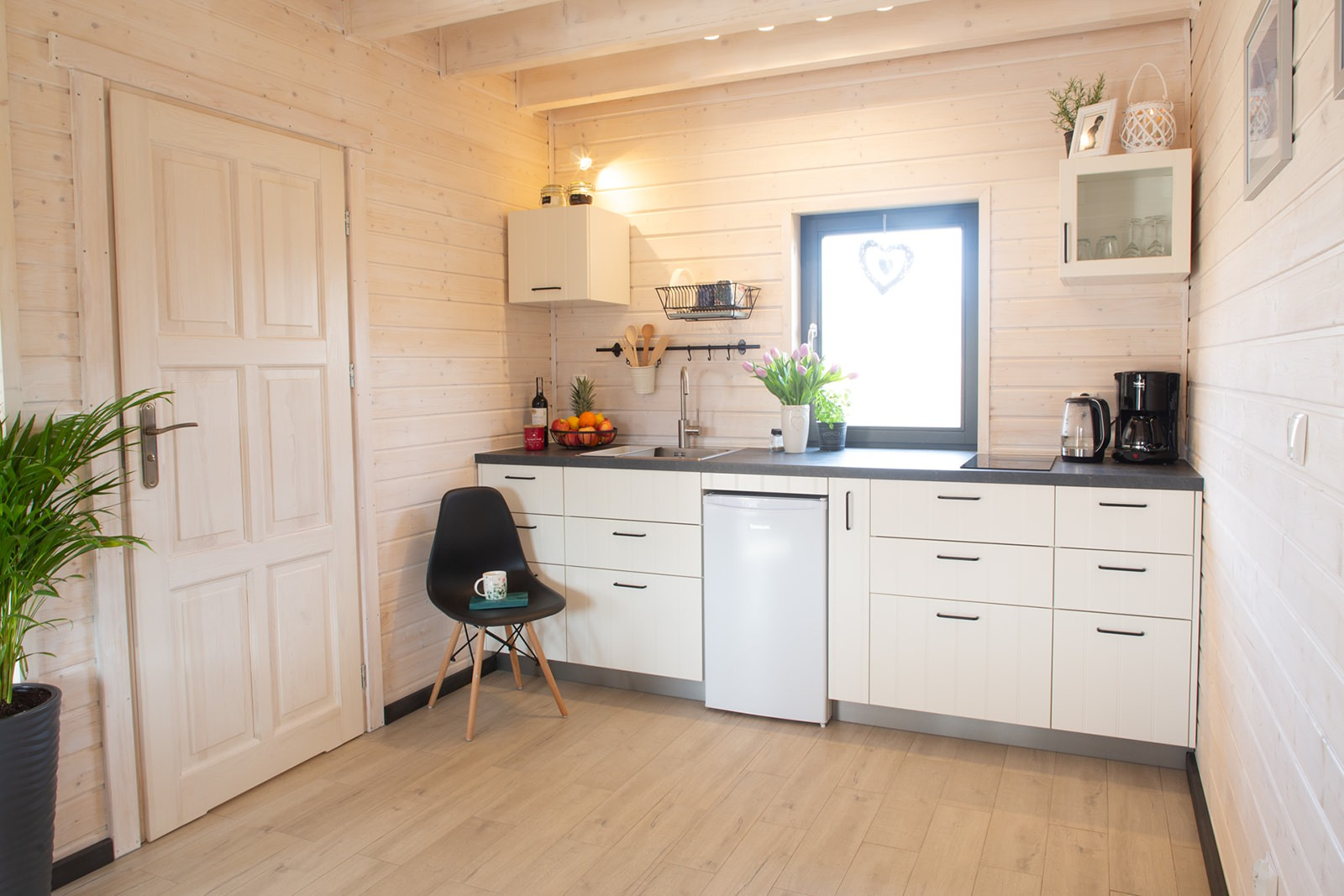 Domki nad Jeziorem Żywieckim, wnętrze, w pełni wyposażony aneks kuchenny
