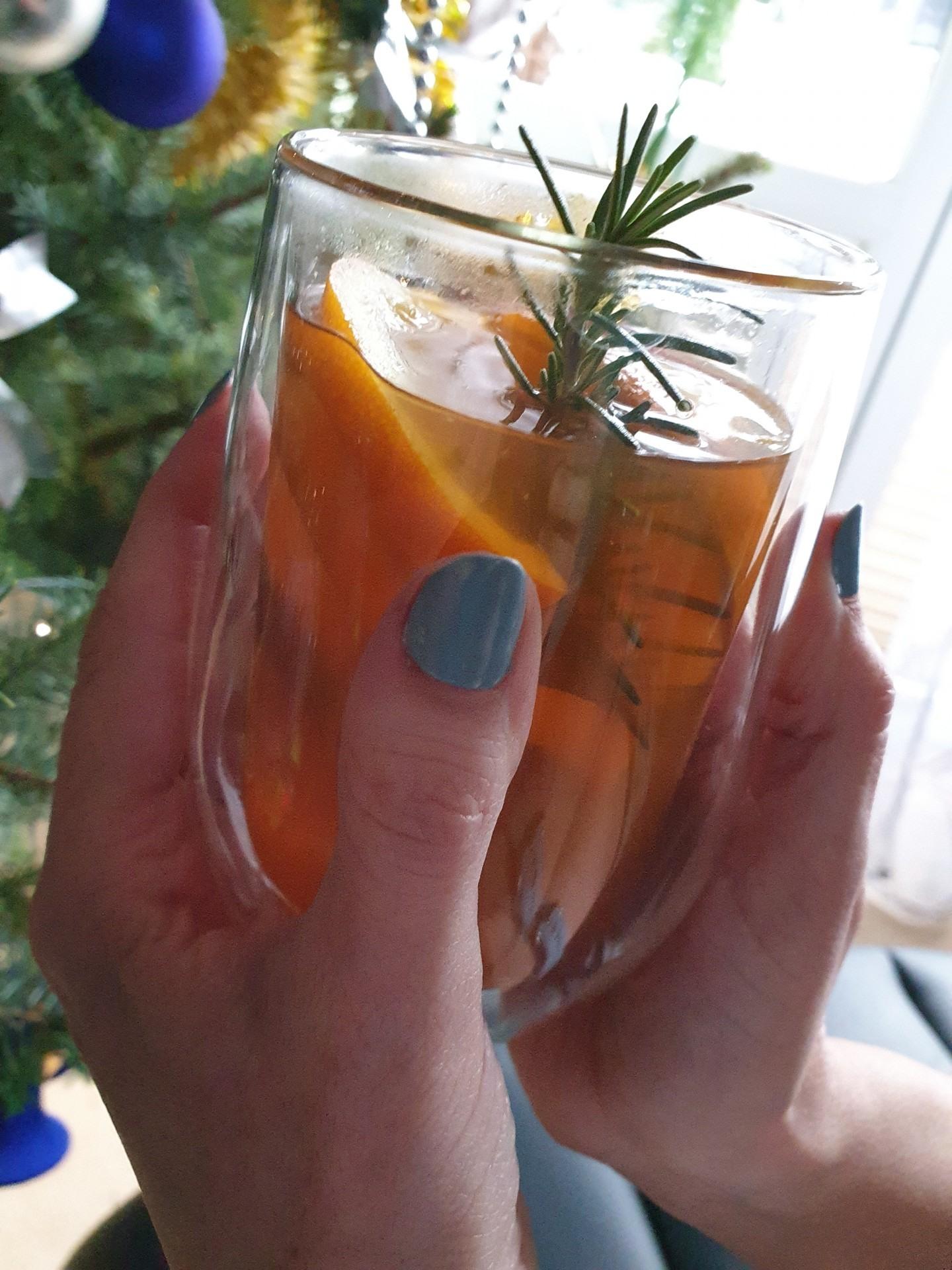 Poranna rozgrzewka herbatą z rozmarynem, po komfortowym noclegu w domkach nad Jeziorem Żywieckim