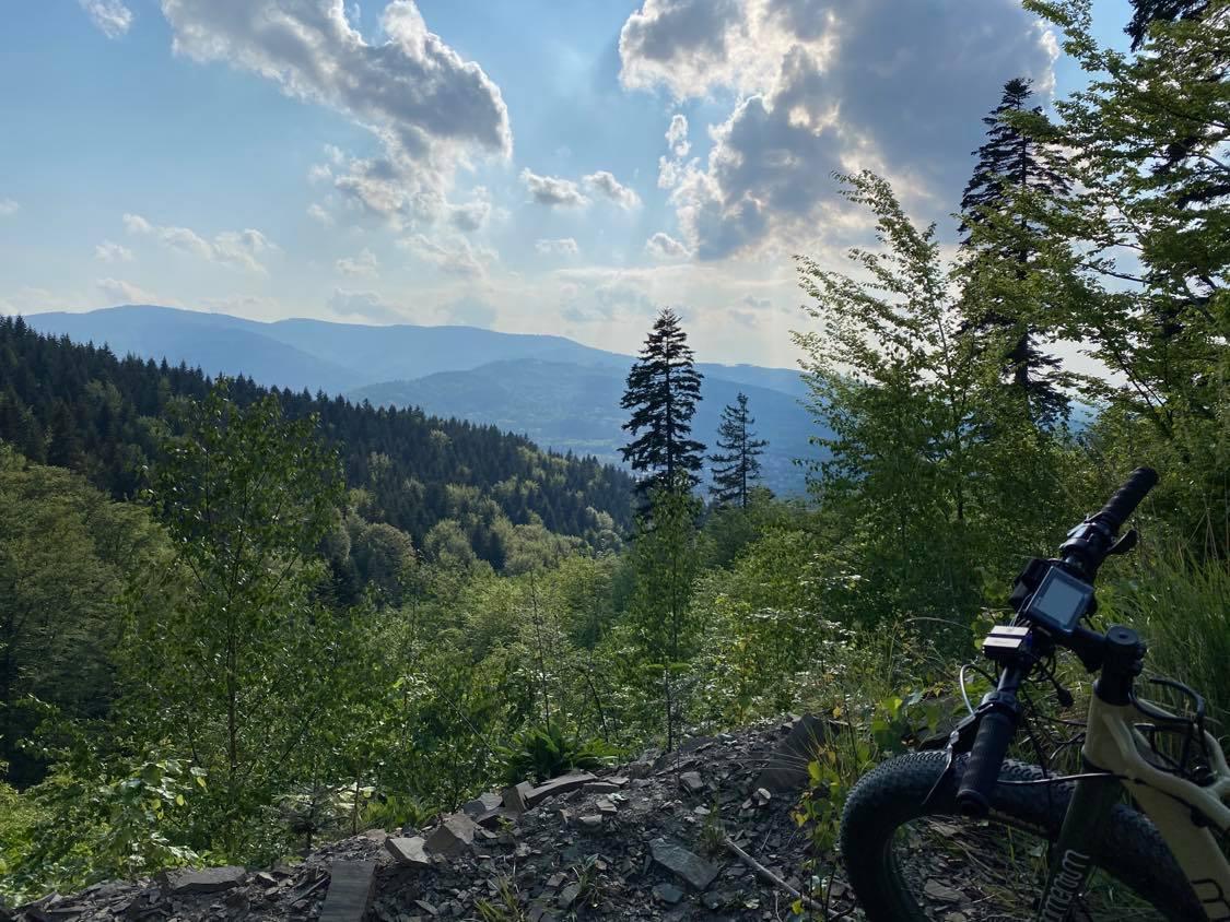 Uroczy widok z gór, trasa rowerowy w okolicach Jeziora Żywieckiego, noclegi w domkach