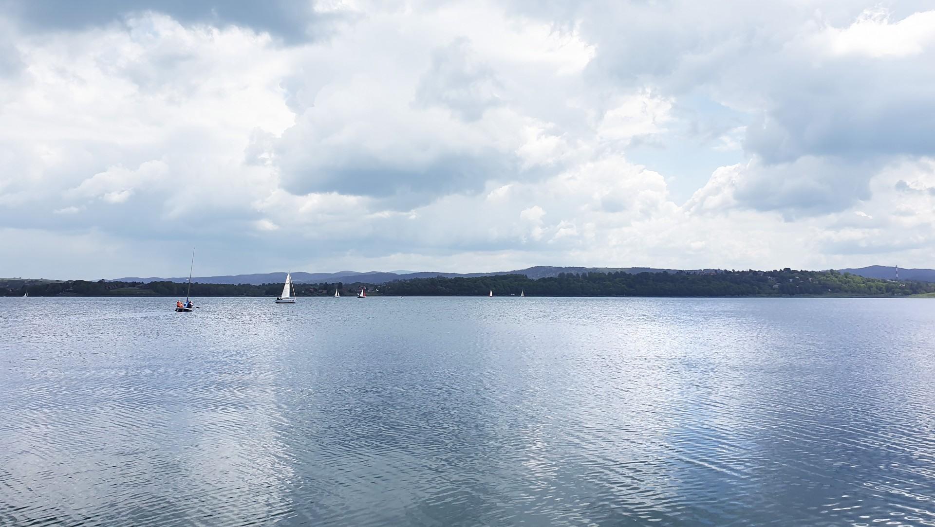 Jezioro Żywieckie pełne uroku, widok z przystani niedaleko domków Rozmaryn
