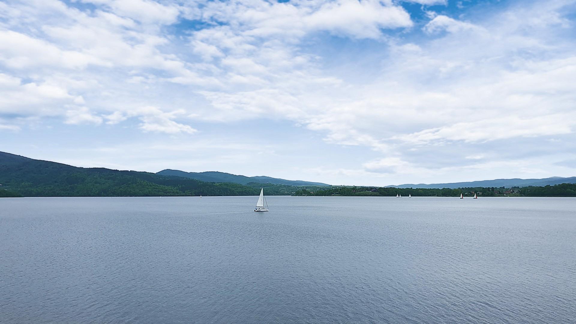 Jezioro Żywieckie pełnia relaksu, w pobliżu piękne domki wypoczynkowe idealne na nocleg